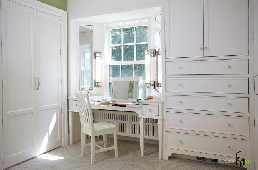 Белый туалетный столик под окном