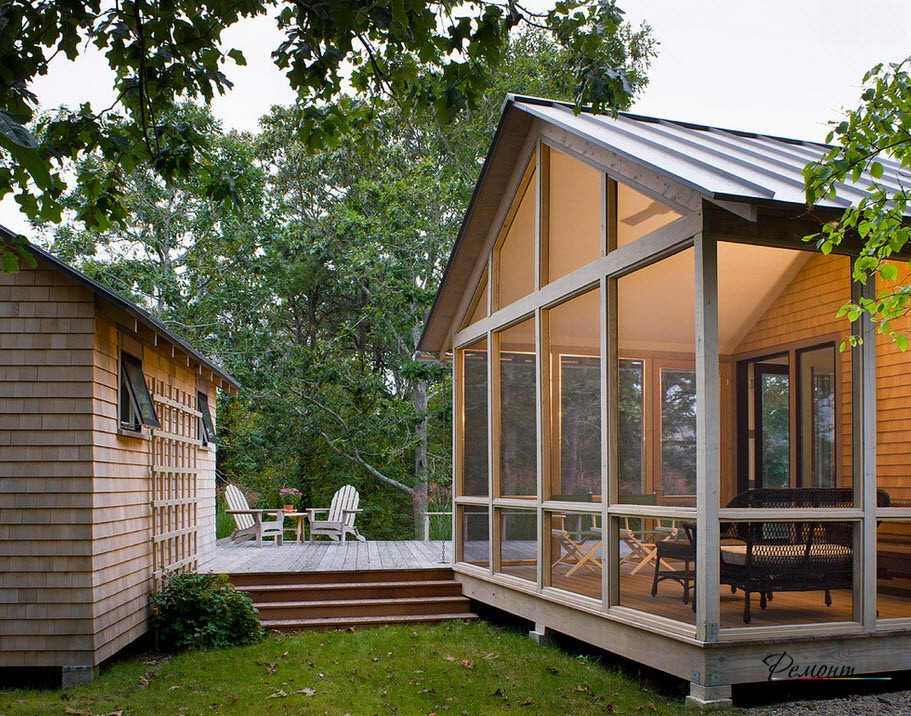 Кирпичный дом и деревянная веранда