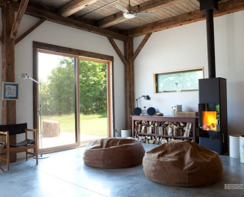 Два коричневых кресла-мешка напротив камина