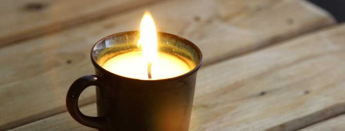 Зажженная свеча в чашке
