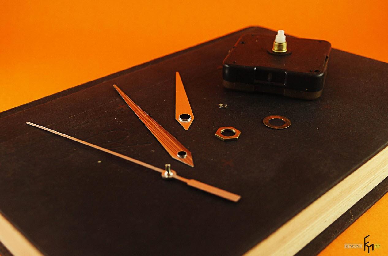 Разобранный механизм на книге