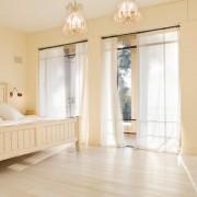 Светлая спальня с белым тюлем - просто сказка!