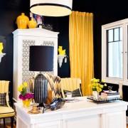 Жёлтые шторы в тёмной комнате