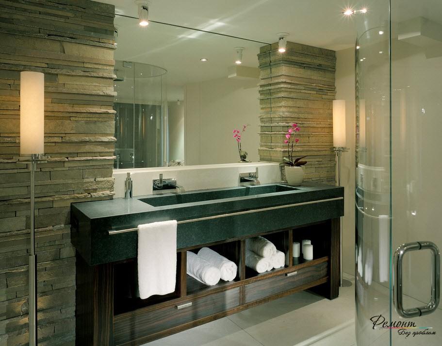 встроенные шкафы, декорированные камнем в интерьере ванной комнаты