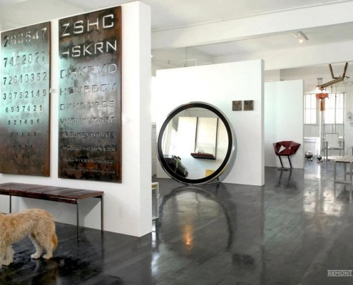 Круглое зеркало на полу