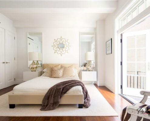 Коричневое покрывало на кровати