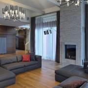 Темные диваны в гостиной