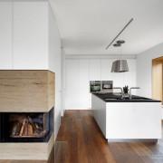 Сочетание белых фасадов кухонной мебели с деревянным полом