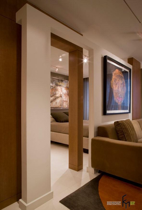 Абстрактный портрет на стене над диваном