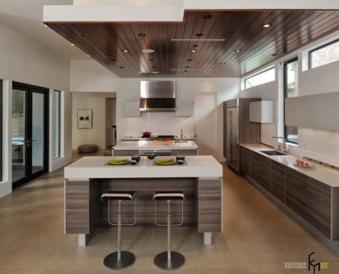 Подвесной потолок из темного дерева на кухне