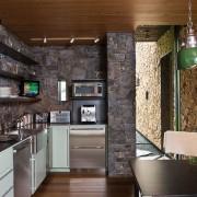 Кухонные стены облицованные камнем