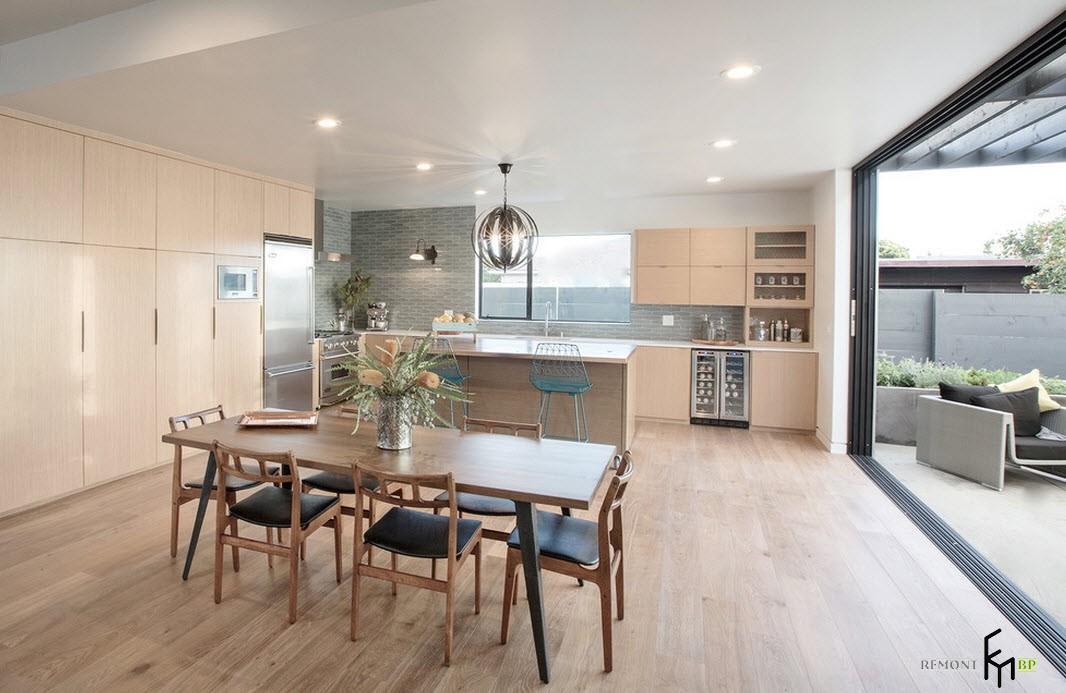 Стулья с черными сиденьями на кухне модерн