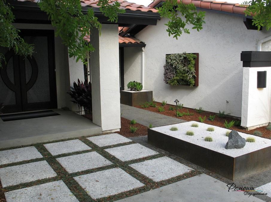 Белые бетонные плиты с проросшей травой
