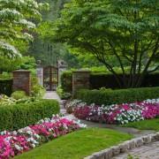 Цветник вдоль дорожки к дому