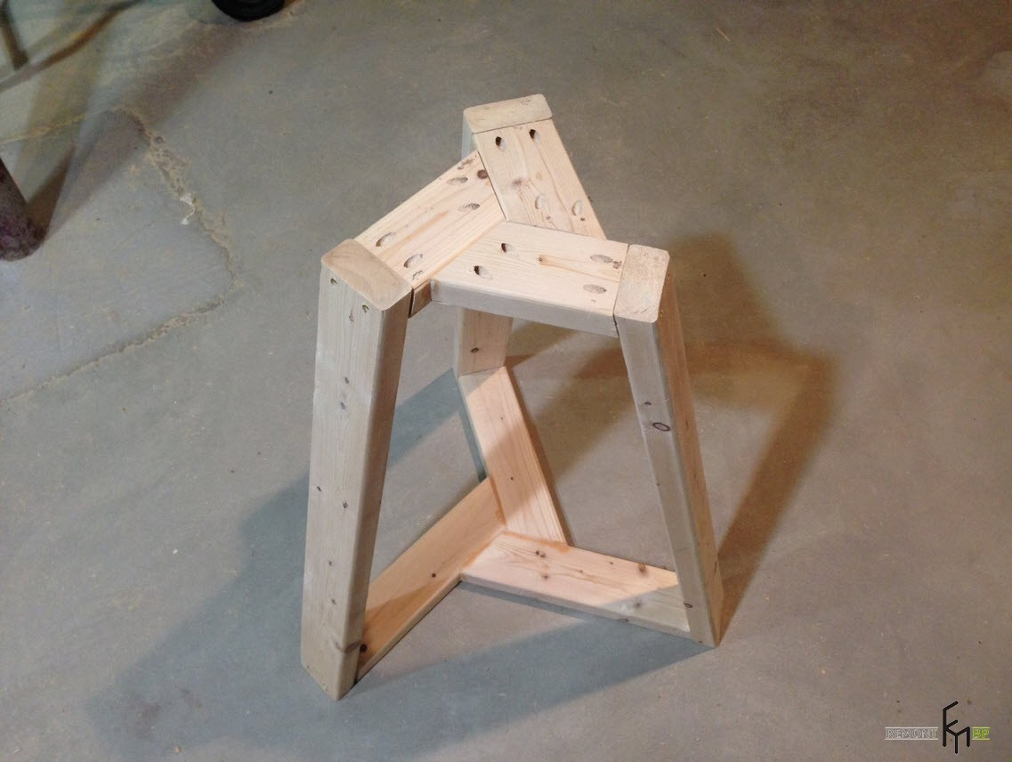 Второй шаг четвертого этапа изготовления стола
