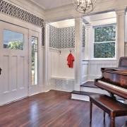 Темный рояль в гостиной