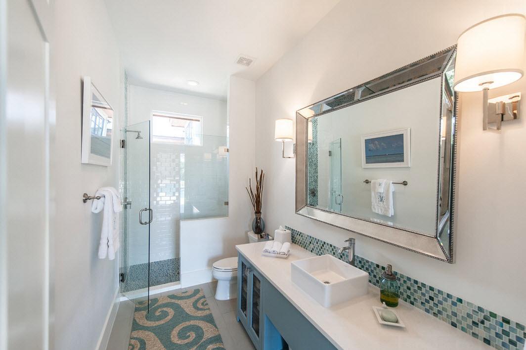 Сочетание серого и голубого на коврике в ванной