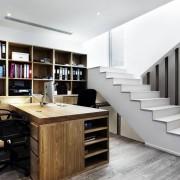 Массивный письменный стол