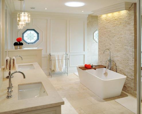 Витражное многоугольное окно в ванной комнате
