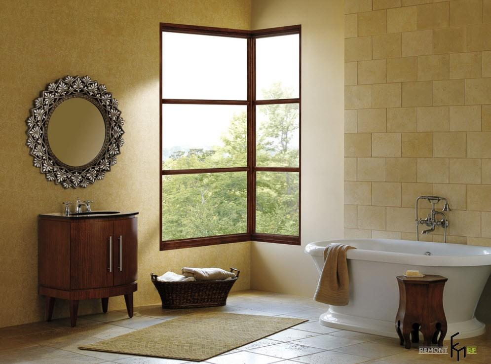 Корзинка под угловым окном в ванной