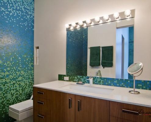 Деревянный комод в ванной комнате