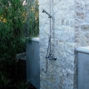 Летний душ у каменной стены