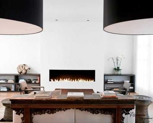 Резные деревянные элементы у стола