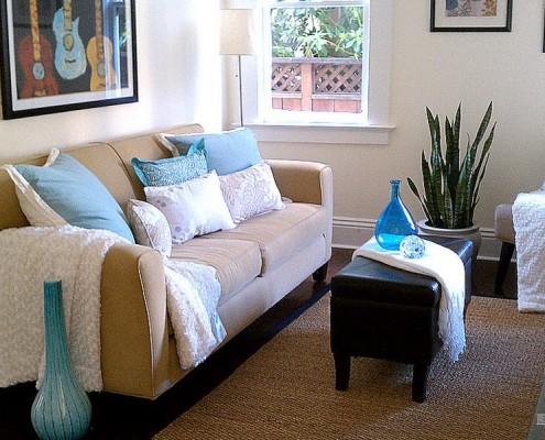 голубая ваза в гостиной