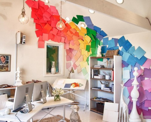 Разноцветные аппликации на стене