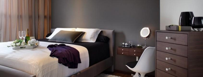 Темно-серая стена в изголовье кровати