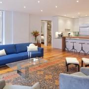 Яркие предметы мебели в оформлении кухни-студии