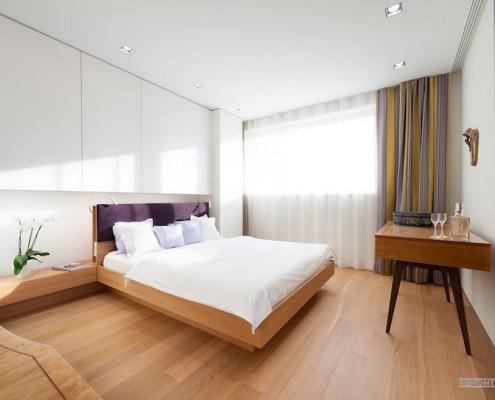Светлый ламинат в спальной комнате