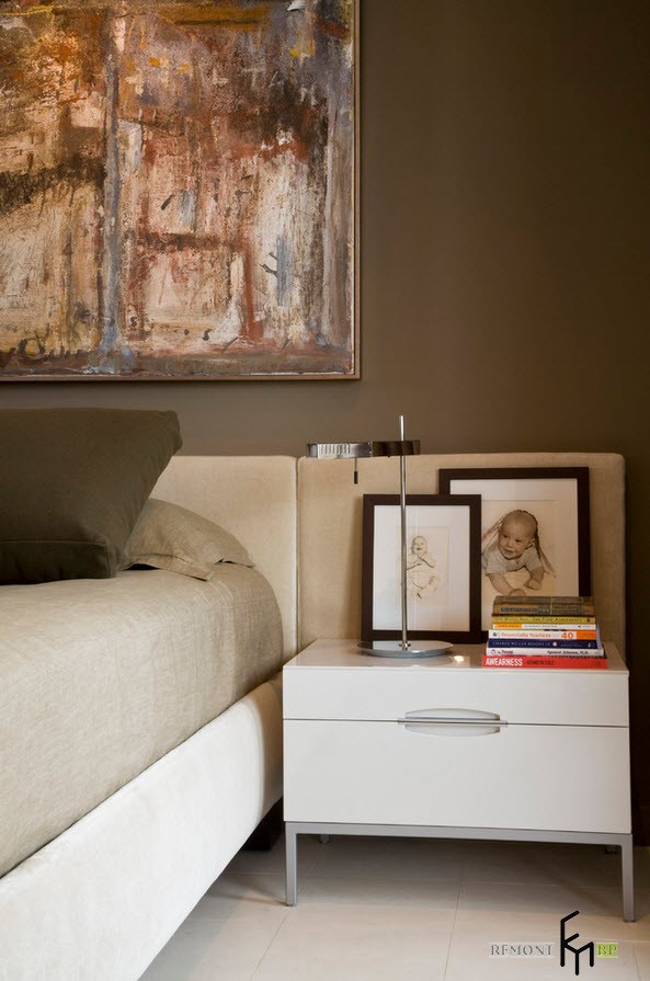Две миниатюры в рамках на тумбочке в спальне