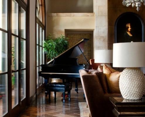 Рояль перед большим окном