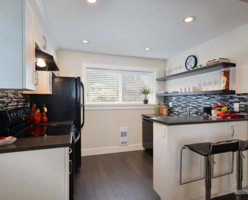 Темный ламинат на полу кухни