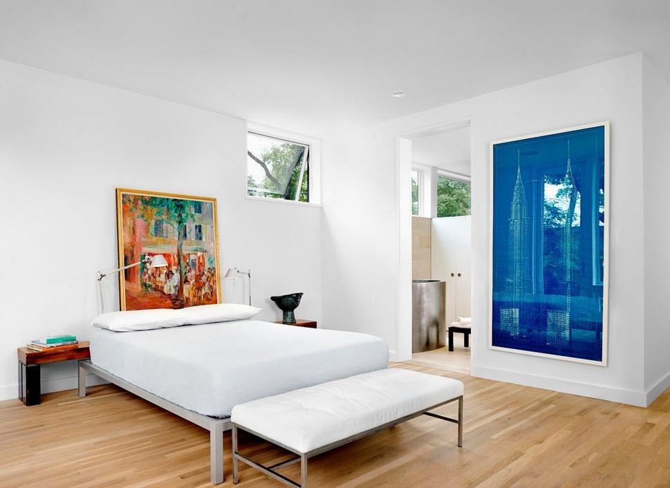 Яркая синяя стена в спальне
