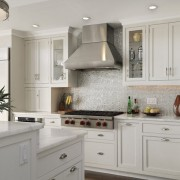 Мозаика в тон мебели на кухне