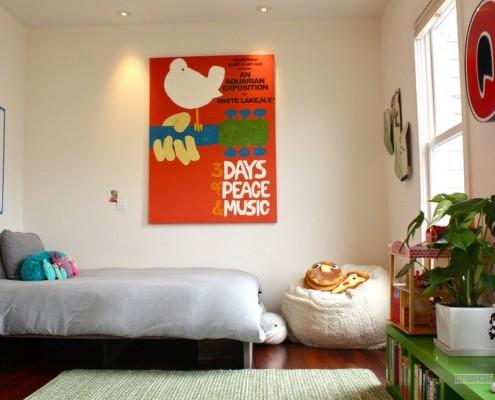 Ярко-оранжевое панно с птичкой на стене