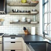 Оригинальные полки на кухне