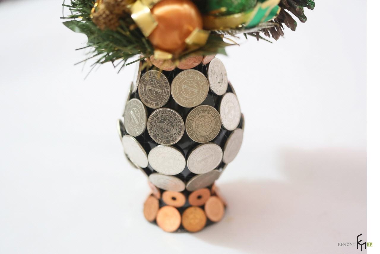 Ваза, обклеенная монетками, с букетом